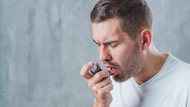 pacijent koristi pumpicu za astmu