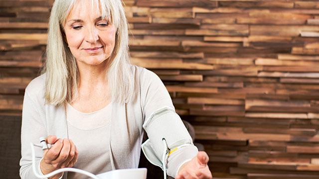starija zena meri krvni pritisak