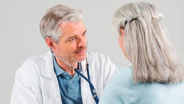 lekar vrši konsultacije sa pacijentom povodom dijabetesa i krvnog pritiska