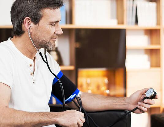 pacijent meri krvni pritisak aneroidnim aparatom bp ag1-20