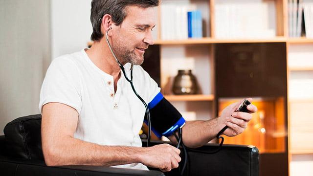 pacijent meri krvni pritisak aneroidnim aparatom