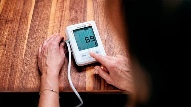 pacijentkinja vrsi samokontrolu krvnog pritiska meracem microlife bp a3 afib