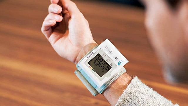 pacijent meri krvni pritisak meracem za zglob